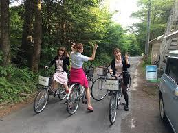 軽井沢でレンタルサイクルに乗る3人